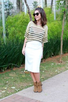 White skirt midi with golden striped blouse and ankle boots and long bob hair #ootd #lookdodia #outifit - Saia branca midi usada cin blusa listrada dourada e botas de cano curto