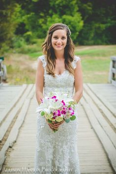 Loving this bride's look! Photo by: Allison Hanson Photography