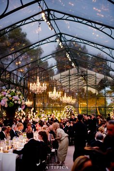 hochzeit zelt Classical wedding tables with chandeliers in a glass tent. Por A-TIPICA Mesas clsicas con lmparas de araa en una carpa de Cristal. Marquee Wedding, Tent Wedding, Wedding Table, Dream Wedding, Wedding Reception, Wedding Goals, Wedding Themes, Wedding Events, Wedding Decorations