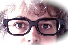 La storia di Meme Glass (quinta puntata)  … Beckett, tornato a casa, fissò per giorni allo specchio se stesso con il paio di occhiali poi li mise in un cassetto segreto di una elegante scrivania liberty. Li tirò fuori da quella prigione di legno in una fredda giornata di dicembre del 1972 per donarli all'architetto novantacinquenne Eileen Gray dopo una bevuta di whisky. Samuel le spiegò che in sogno gli occhiali lo scongiuravano di essere donati alla vecchia designer anche lei irlandese...