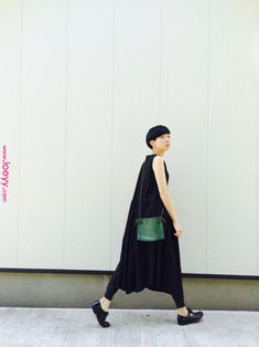 Pop of green Fashion Over 50, Love Fashion, Fashion Outfits, Womens Fashion, Fashion Design, Minimal Outfit, Minimal Fashion, Uniqlo Style, Dress Over Pants