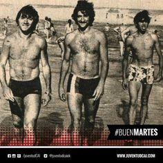 #BuenDiaRojo, #BuenMartes! ¡DÍA DE PLAYA! Osvaldo Pérez y Carlos Fren en la playa durante la pretemporada de 1979.