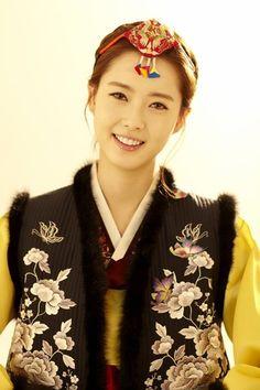 Go Ara in a colorful Hanbok 2