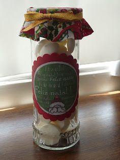 Um vidro de geleia, uma etiqueta personalizada, mini suspiros e muito carinho se transformam num presente de Natal criativo e gostoso http://www.outrascoisasetcetal.blogspot.com.br/2012/01/ainda-o-natal-com-presentes-de-comer.html
