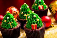Cupcake de chocolate, recheado com brigadeiro ao leite e coberto com brigadeiro de baunilha verde. Decorado com tema de Natal. R$12,50/cada