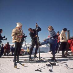 Slim Aarons, Skiers at Verbier, 1964.