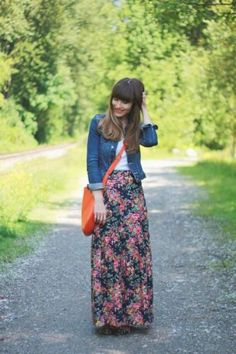 floral chic maxi skirt- How to Look Casual Chic in Maxi Skirts http://www.justtrendygirls.com/how-to-look-casual-chic-in-maxi-skirts/