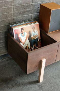 Este mueble es un arrimo diseñado especialmente para tocadiscos y discos de vinilo. Jorge Reyes Zepeda lo creó pensando en el creciente gusto por escuchar música en este formato y en la carencia de…