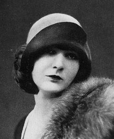 Women S Fashion And Retail Magazine Belle Epoque, Vintage Glamour, Vintage Beauty, Vintage Fashion, Flapper Hat, Flapper Style, 1920s Hats, Corset, Gatsby Hat