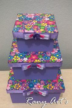 *Jogo com 3caixas em MDF com revestimento em tecido 100% algodão. <br>*Parte de baixo pintada <br>*Faço Floral. bolinha, listrado, xadrez ou liso nas cores de preferencia. <br>*Faço no tamanho desejado, unidadem e tb para lembrancinha com foto na tampa e msg personalizada. <br> <br>TAMANHOS DESTE JOGO: <br>8x8 - 12x12 - 14x14 cm