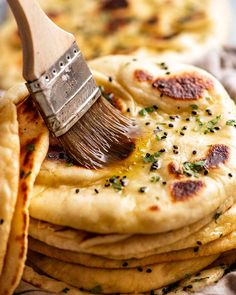 Brushing melted garlic butter on a freshly cooked naan Recipes With Naan Bread, Flatbread Recipes, Naan Recipe, Samosa Recipe, Garlic Naan Bread Recipe Easy, Asian Bread Recipe, Spinach Curry, Recipetin Eats, Recipe Tin