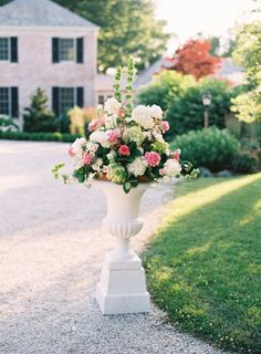 Gorgeous wedding flowers: http://www.stylemepretty.com/little-black-book-blog/2014/01/23/preppy-chic-waterfront-backyard-wedding/ | Photography: Adam Barnes - http://adambarnes.com/