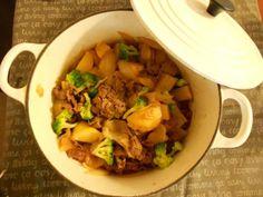 【ル・クルーゼ公式Twitterから】ルクルーゼで作る肉じゃがは本当に美味しいです!水を入れなくても野菜からの水分がでてくれます。今日は胡麻油、オイスターソース、醤油、砂糖で、中華風の味付けにしました♪ pic.twitter.com/oB2GD3w9