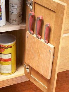 Maak wat gleuven in een plankje en monteer deze aan de binnenkant van je keukenkastje van de caravan. Zo kan je makkelijk en veilig je messen opbergen!