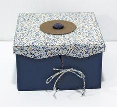 Nouvelle déclinaison du modèle de boite à bijoux de l'atelier. Gainé de tissus coordonnés. Réalisé par Sylviane.