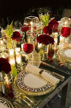 Christmas wedding tablescapes - A welldressed holiday table – Christmas wedding tablescapes Reception Table, Wedding Table, Red Wedding, Wedding Reception, Beautiful Table Settings, Partys, Decoration Table, Christmas Wedding, Christmas Eve