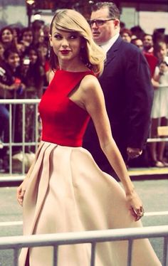 This whole picture reminds me of the The Lucky One just i mean she's so pretty and errr