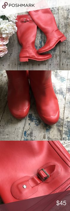 Hunter boots red 9 men's 1@ women's Lightly used overall clean, there is a small rip on the inner foot side of u are handy you can put a piece of duct tape on that stop and will work great. These are tall and a little softer then the classic tall ones Hunter Shoes Winter & Rain Boots