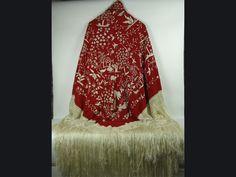 Mantón de Manila del siglo XIX, en seda natural color salmón y bordado a mano.