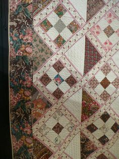 not so zen-quilts in Paris: second part of the Poos collection---Like the delicate fabric for sashing. Old Quilts, Antique Quilts, Scrappy Quilts, Vintage Quilts, Vintage Fabrics, Triangles, Primitive Quilts, Nine Patch Quilt, American Quilt