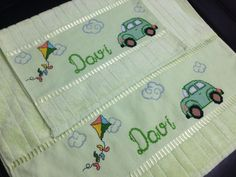 Carros e pipas para o Davi! Gata Marie, Pot Holders, Boutique, Embroidered Towels, Custom Items, Layette, Types Of Embroidery, Pipes, Hot Pads