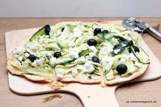Flammkuchen mit Zucchinistreifen, Feta, Oliven und Honig