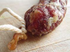 Recette de saucisson à l'ancienne, de Lorraine - Faites vous même votre saucisson maison. Choisissez vos viandes et découvrez les épices qui composait cette très ancienne recette lorraine. Faire sa charcuterie maison, à la ferme, en maîtriser la qualité des ingrédients, c'est possible.