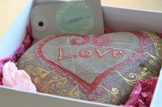 """Love"" (handbemalter Stein) | Ansalia.ch"