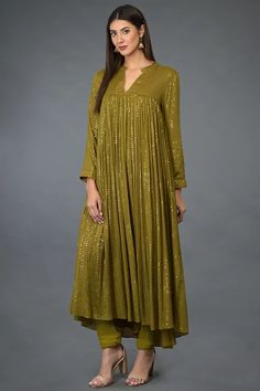 A fabulous festive Mehandi green kurta adorned with thread and antique gold sequin embroidery all over. Designer Dress For Men, Designer Party Wear Dresses, Kurti Designs Party Wear, Indian Designer Outfits, Pakistani Dress Design, Pakistani Outfits, Pakistani Kurta, Frock Fashion, Fashion Dresses