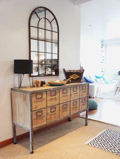 Meuble ancien rehaussé d'un miroir dans l'entrée - appartement à Orsay, réaménagée par ADC l'Atelier d'à côté
