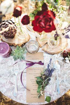 #tischdekoration #bohowedding #tablescape Natürliche Boho Hochzeit in rot und lila | Hochzeitsblog - The Little Wedding Corner