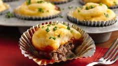 Meat Loaf and Potato Cupcakes - these look tasty.I would use my own recipes for mashed potatoes & meatloaf/sauce though. Meatloaf Cupcakes, Meatloaf Muffins, Hamburger Cupcakes, Pizza Cupcakes, Breakfast Cupcakes, Bacon Breakfast, Beef Recipes, Cooking Recipes, Meatloaf Recipes