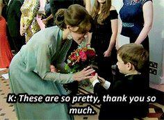 Kate Middleton, duchesse de Cambridge, somptueuse dans une robe bleu pâle jouant la transparence, assistait le 26 octobre 2015 au Royal Albert Hall à Londres avec le prince William et le prince Harry à l'avant-première de Spectre, le nouveau James Bond, en présence de l'équipe du film, notamment Daniel Craig, Léa Seydoux et Monica Bellucci. Robe : Jenny Packham