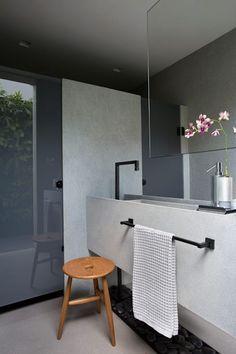 Banheiro moderno com cuba esculpida e cores sóbrias. #banheiro #modern #interiors #decoração #lavabo