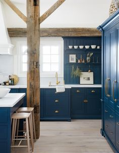 Home interior design ideas Old Wood Floors, Painted Wood Floors, Home Interior, Interior Design Kitchen, English Country Kitchens, Blue Country Kitchen, Modern Country, Blue Cabinets, Colored Cabinets