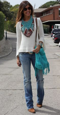 One method you can immediately look contemporary is to integrate present patterns in your OOTDs. But take care with patterns and absolutely don't wear fashionable pieces head-to-toe. Try pairing some frayed jeans with a simple t-shirt for starters. Look Hippie Chic, Look Boho, Hippie Style, Boho Style, Mode Outfits, Chic Outfits, Fashion Outfits, Look Fashion, Autumn Fashion