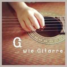 .@Anna Luz de León / Berlinmittemom | Ferienkinder probieren Instrumente. #abcfee #gitarre #goldkind #instrument