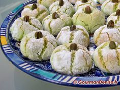 Ghribas amandes pistaches Arabic Food, Pastry Recipes, Eid, Potato Salad, Biscuits, Deserts, Muffin, Sweets, Cookies