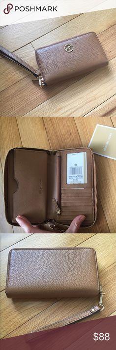 🎀NEW🎀Michael Kors Fulton Phone Wallet 🎀MICHAEL KORS🎀 Fulton Large Phone Wallet. Comes with Detachable wristlet. Tan pebbled leather❌no trading or holding Michael Kors Bags Clutches & Wristlets