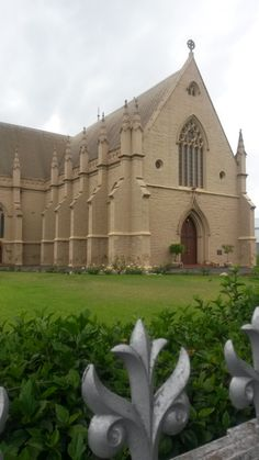 Beautiful sand-stone work NG Kerk in Knysna, South Afrika, Old Churches, Victoria, Church Building, Mosques, Stone Work, Place Of Worship, Beautiful Places To Visit