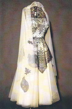 Robe 1950, dentelle de Chantilly du 19° siècle. Musée du patrimoine et de la dentelle de Chantilly.