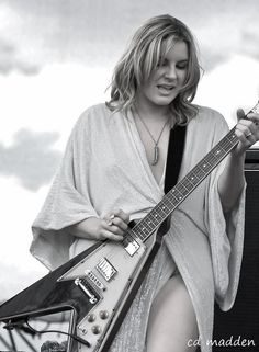chuck madden  All this talk of war has made me want to think of something pretty-how bout Grace Potter! Rock And Roll Girl, Grace Potter, Lzzy Hale, Rock Queen, Women Of Rock, Guitar Girl, Female Guitarist, Black N White, Fair Skin