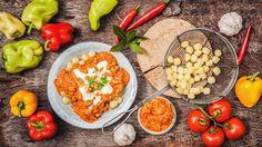 Neodbývejte sebe ani rodinu polotovary nebo věčnými obloženými chleby – i ve všední dny si zkuste najít chvíli a uvařit si poctivou večeři z čerstvých surovin. Třeba rychlé kuře na paprice plné zeleniny.