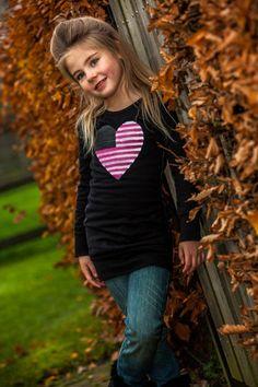 Zo leuk voor de winter deze lange zwarte #sweater met groot roze glitterhart. Wil jij hem ook voor je dochtertje? http://www.ikbenzomooi-baby-kinderen-kleding.nl/dj-dutchjeans-lange-sweater-trui-love-la.html