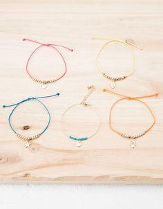 Set pulseras amuletos verano-Bershka