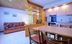 Appartamento 706 - bilocale Tipo D con stanza da letto matrimoniale o doppia + 3° divano letto, balcone lato ovest (davanti), cucina/soggiorno con divano letto 2 posti (no mat), balcone lato ovest (davanti), bagno con doccia.
