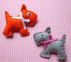 Simpáticos Fox-terriers de fieltro, bordados a mano y rellenos de guata.