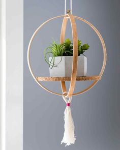 11 Clever Ways To Use An Embroidery Hoop Create This Hanging Plant Shelf Using A Single Embroidery Hoop. A Hoop Pairs Best With A Small Plant And The Cork Board Serves As A Stabilizing Shelf. Diy Hanging Planter, Diy Hanging Shelves, Plant Shelves, Planter Ideas, Diys, Embroidery Hoop Crafts, Embroidery Jewelry, Garden Embroidery, Ideias Diy