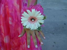 http://anglnwu.hubpages.com/hub/Step-by-Step-Instruction-on-How-to-Make-Corsages-and-Boutonnieres