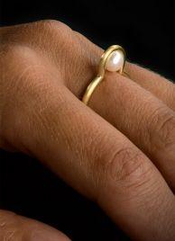 """Ring """"Perlmond"""" aus Gelb- oder Weißgold besetzt mit einer Süßwasserperle - Steinbach Goldschmiede - Handschmuck - Moderner Schmuck"""
